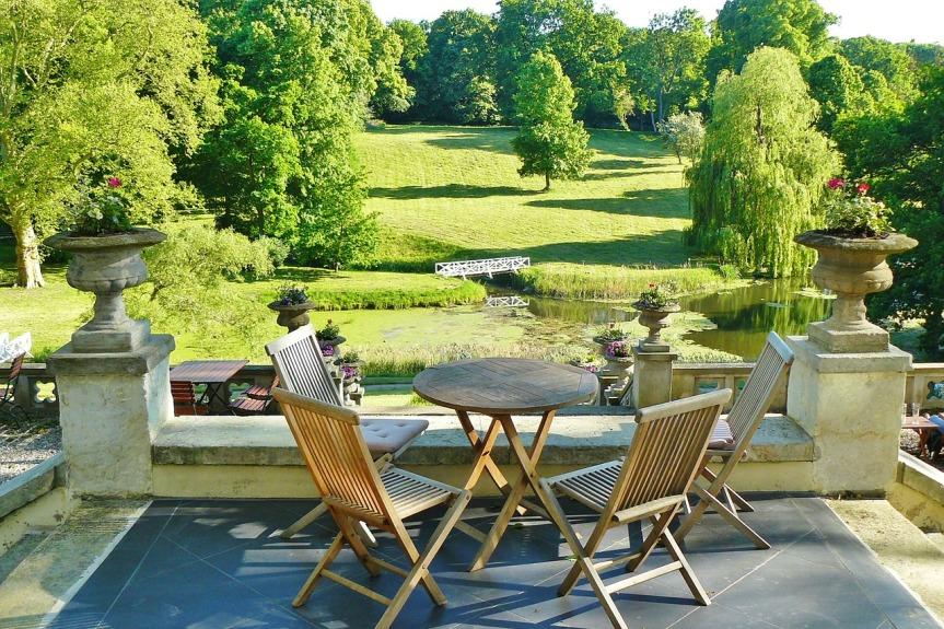 terrasse avec table en bois