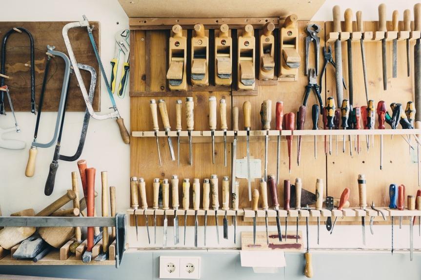 plan à outils dans garage