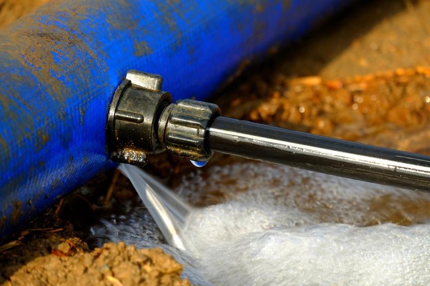 Comment colmater une fuite d'eau sous pression?
